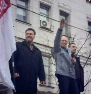DEr aktuelle Ministerpräsident der Ukraine Jazenjuk beim Hitlergruß