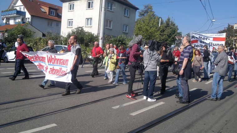 24 stuttgart zuffenhausen 200 demonstrieren gegen. Black Bedroom Furniture Sets. Home Design Ideas